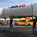 Berliner Firmenlauf Aufbau des IKK BB Zieleinlauftors
